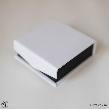 Коробочка для флешки белая с бортами из матовой дизайнерской бумаги
