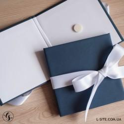 Коробка для диска с вырезом и лентой из дизайнерского картона с перламутровым отливом