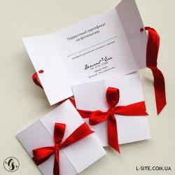 Подарочный сертификат из белого картона с цветной лентой