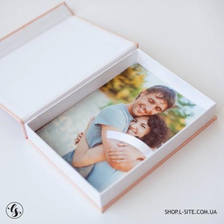 Коробка для флешки с крышкой из итальянского кожзама с логотипом