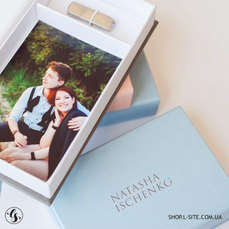 Коробка для фото и флеши с логотипом, крышка из итальянского кожзама
