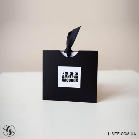 Подарочный сертификат - конверт с вырезом из картона с отливом  и вкладыш